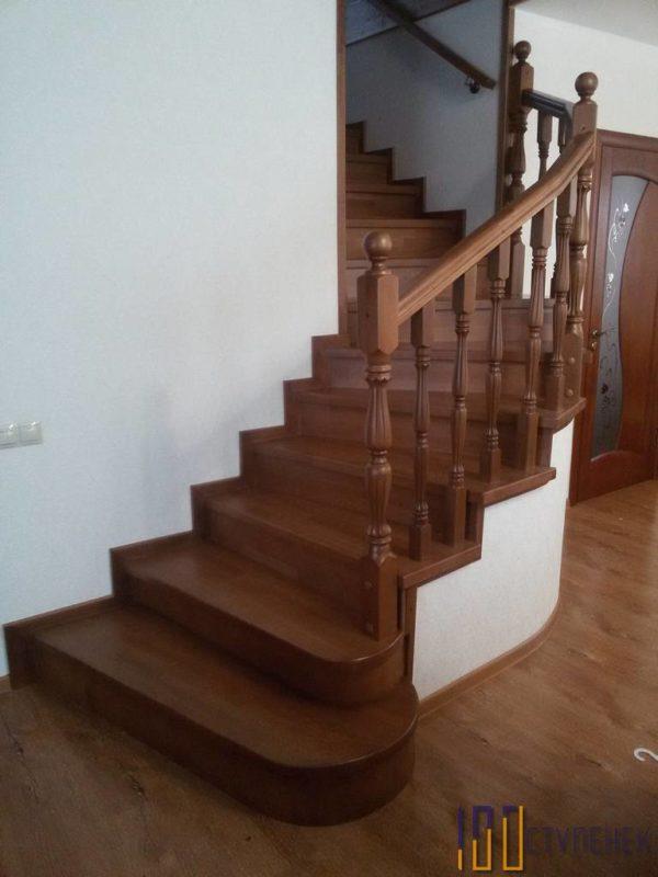 Лестница из бука с поворотом на 90 градусов