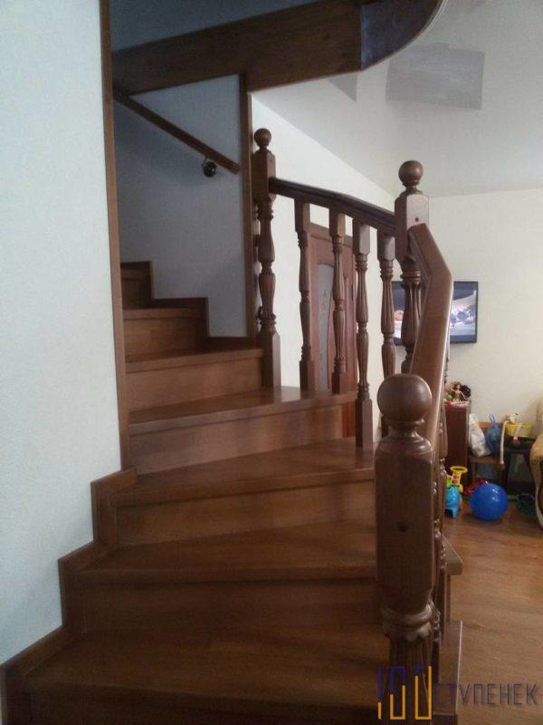 Г-образная лестница из бука и металла