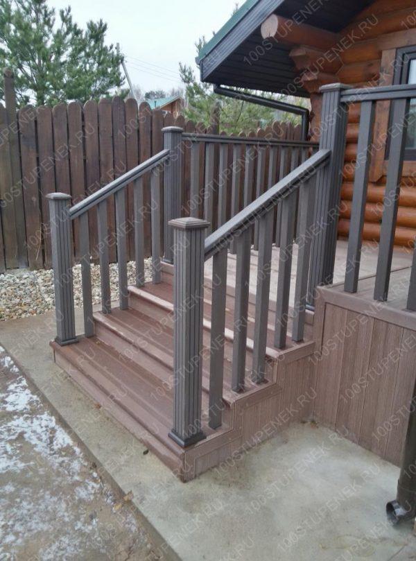 Лестница к крыльцу дома