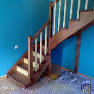 Лестница из сосны с поворотом на 90 градусов