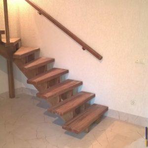 Деревянная лестница на монокосоуре