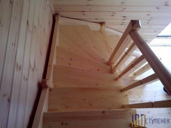 Лестница на второй этаж из сосны