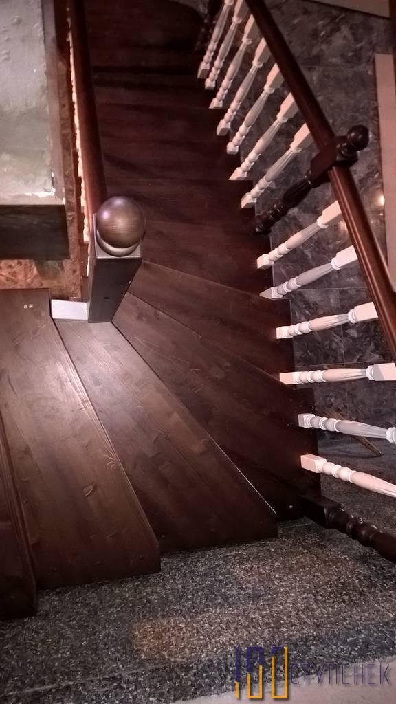 Забежная лестница с поворотом на 90 градусов