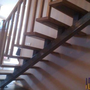 Забежная лестница из сосны на больцах