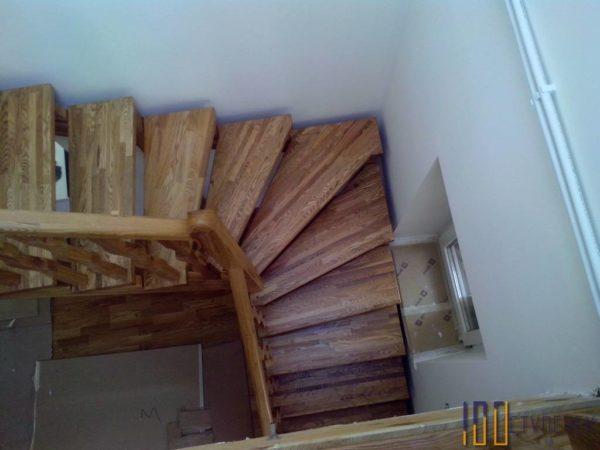Лестница из дуба на косоурах с забежными ступенями