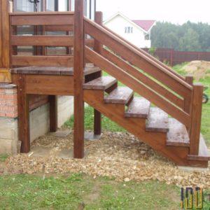 Лестница из сосны для крыльца дома
