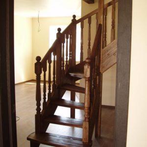Г-образная лестница из сосны