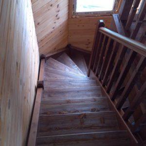 Деревянная лестница в эркере