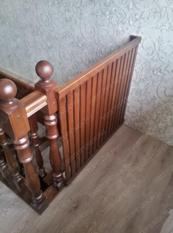 Дверца из лиственницы для лестницы