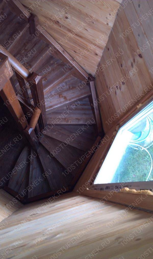 П-образная деревянная лестница в эркере