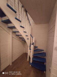 Лестница с синими ступенями